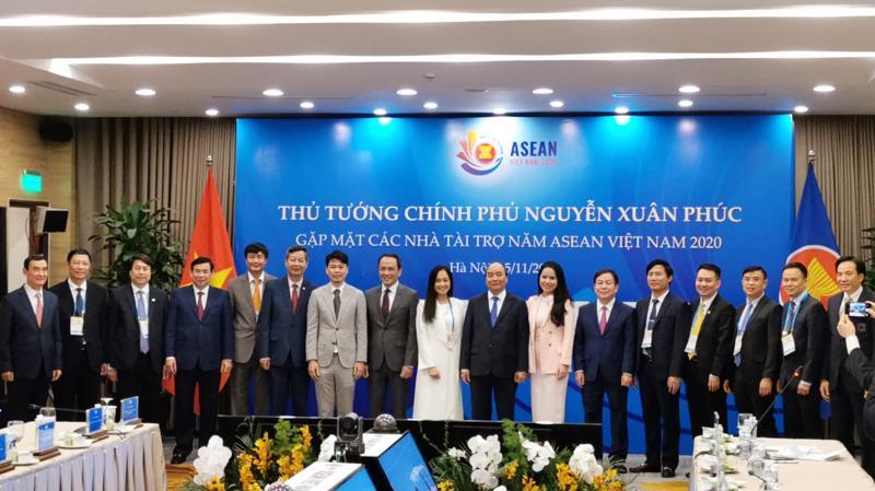 Thủ tướng chụp ảnh lưu niệm cùng đại diện các nhà tài trợ Hội nghị Cấp cao ASEAN lần thứ 37.