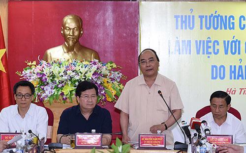 Thủ tướng cùng các phó thủ tướng làm việc với lãnh đạo các tỉnh ven biển miền Trung ngày 1/5, tại Hà Tĩnh.<br>