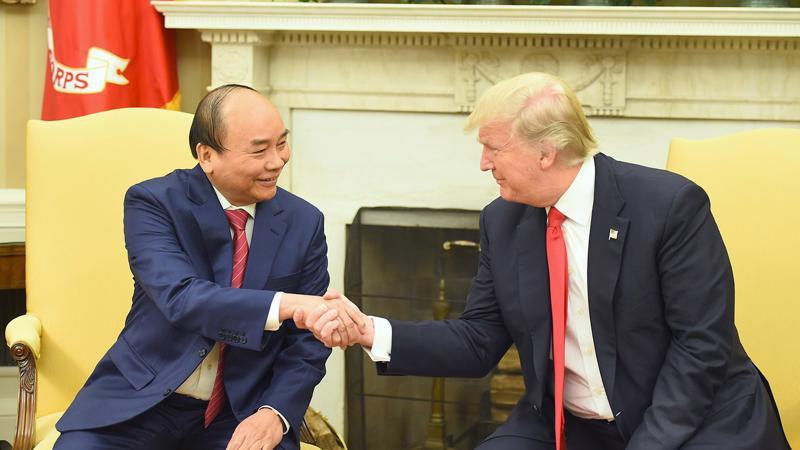 Tổng thống Donald Trump nắm chặt bàn tay Thủ tướng Nguyễn Xuân Phúc tại Phòng Bầu dục, mùa hè năm 2017.