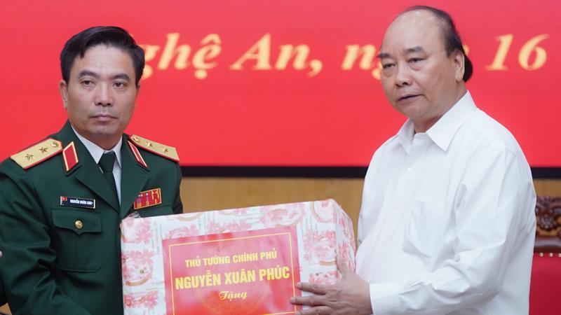 Thủ tướng tặng quà cho các gia đình có người hy sinh tại Quân khu 4.