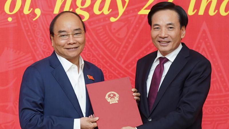 Thủ tướng Nguyễn Xuân Phúc trao quyết định bổ nhiệm Phó Chủ nhiệm Văn phòng Chính phủ cho ông Trần Văn Sơn (bên phải).