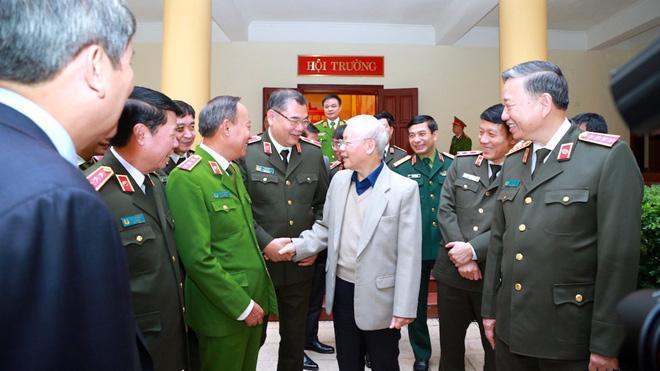 Tổng bí thư, Chủ tịch nước Nguyễn Phú Trọng trao đổi với các đại biểu dự hội nghị.