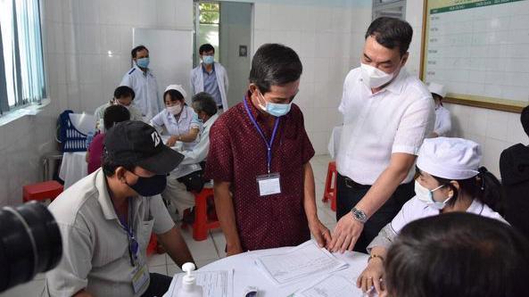 Kiểm tra tiêm thử nghiệm vaccine tại điểm cầu Trung tâm Y tế Bến Lức (Long Anh) sáng 26/2. Ảnh - Khôi Nguyễn.