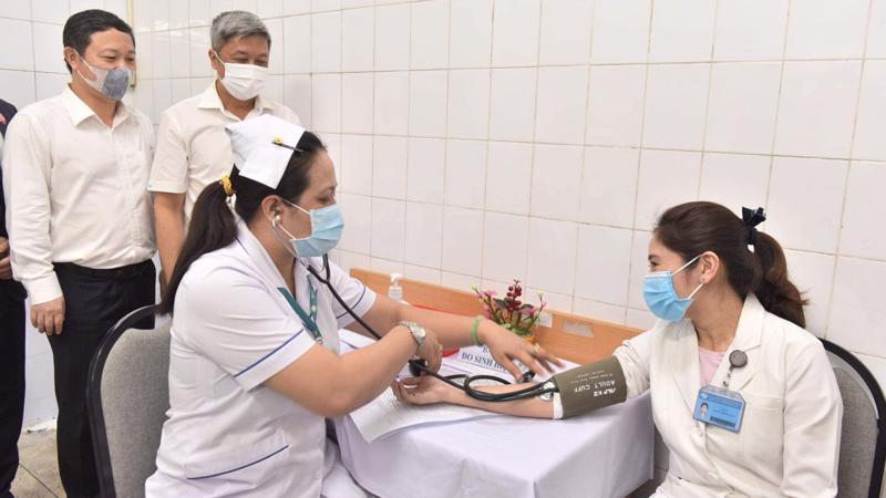 Nguời tiêm vaccine Covid-19 tại Việt Nam được khám sàng lọc trước khi tiêm. Ảnh - Bộ Y tế.