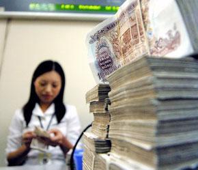 Tiền cotton vẫn có giá trị lưu hành như tiền polymer. Ảnh: Việt Tuấn.