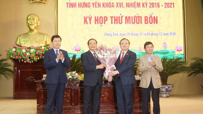 Lãnh đạo tỉnh Hưng Yên tặng hoa chúc mừng ông Trần Quốc Văn.