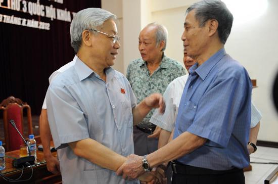 Tổng bí thư Nguyễn Phú Trọng (bên trái) trò chuyện với cử tri quận Ba Đình - Ảnh: HL.