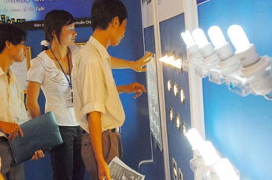 Hiện nay người dân quen dần và chọn mua bóng đèn compact để tiết kiệm điện - Ảnh: HTD