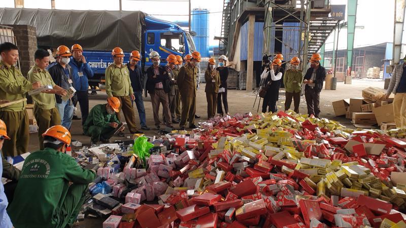 Hiện trường vụ tiêu huỷ 63 tấn hàng hoá của Hà Nội.