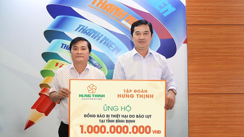 Ông Trương Văn Việt - Phó Tổng giám đốc Tập đoàn Hưng Thịnh (bên phải) đã trao 1 tỷ đồng cho ông Nguyễn Ngọc Toàn - Phó Tổng Biên tập báo Thanh Niên (bên trái).