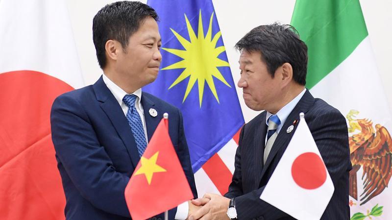 Bộ trưởng Bộ Công Thương Trần Tuấn Anh và Bộ trưởng Bộ Tái thiết kinh tế Nhật Bản Toshimitsu Motegi tại buổi họp báo sáng 11/11 tại Đà Nẵng - Ảnh: Zing.