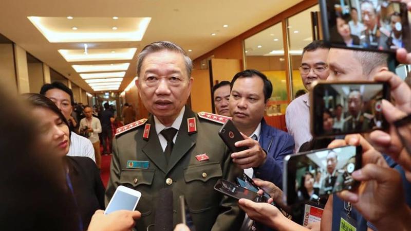 """Sáng 4/11 rất đông phóng viên đã """"vây"""" Bộ trưởng Bộ Công an Tô Lâm để hỏi về thông tin vụ việc 39 người tử vong tại Anh, trong đó có nạn nhân người Việt - Ảnh: Quang Phúc"""