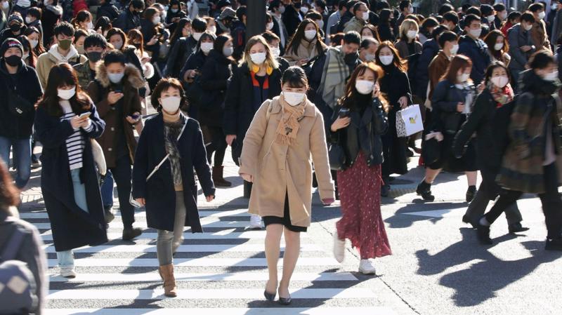 Người dân đi bộ tại khu vực sầm uất của quận mua sắm Shibuya, Tokyo, Nhật Bản ngày 26/12 - Ảnh: Kyodo News/AP