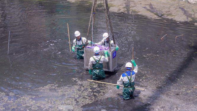 Trước mắt, các chuyên gia sẽ thí điểm xử lý làm sạch một đoạn sông Tô Lịch và một góc Hồ Tây bằng Công nghệ Nano-Bioreactor của Nhật.