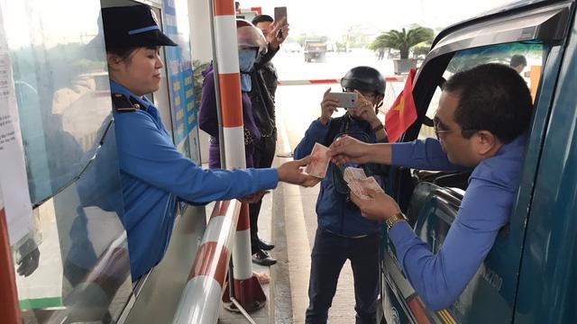 Người dân dùng tiền lẻ để thanh toán khi qua trạm thu phí Bến Thủy, nhằm phản đối mức thu và vị trí đặt trạm BOT này.<br>