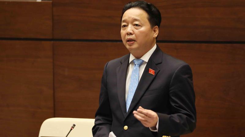 Bộ trưởng Bộ Tài nguyên và môi trường Trần Hồng Hà tại nghị trường.