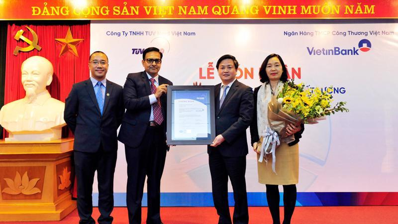 Đại diện TUV NORD trao chứng nhận ISO 9001:2015 cho VietinBank.