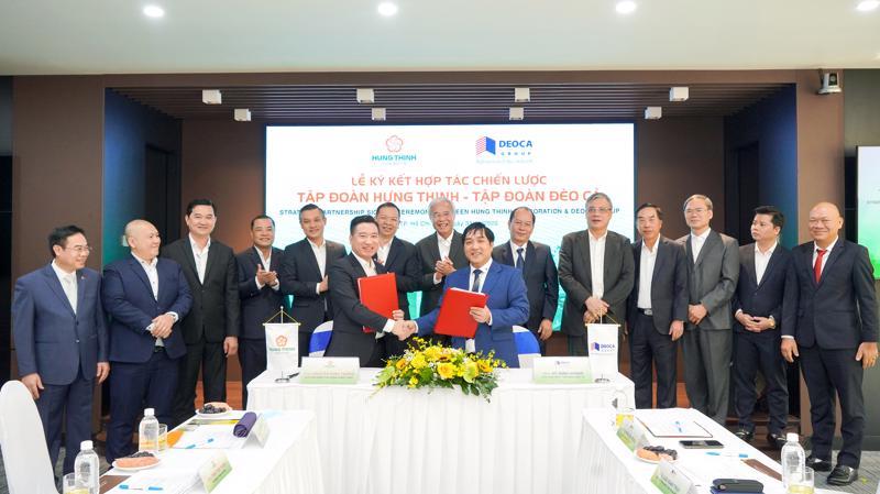 Ông Hồ Minh Hoàng - Chủ tịch Hội đồng Quản trị Tập đoàn Đèo Cả và ông Nguyễn Đình Trung - Chủ tịch Tập đoàn Hưng Thịnh thực hiện nghi thức ký kết hợp tác trước sự chứng kiến của đại diện hai Tập đoàn.