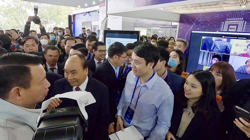 TS. Cao Anh Tuấn, Giám đốc công nghệ Gennetica (đứng giữa) trình bày với Thủ tướng về sản phẩm đổi mới sáng tạo tại sự kiện NIC 2020.