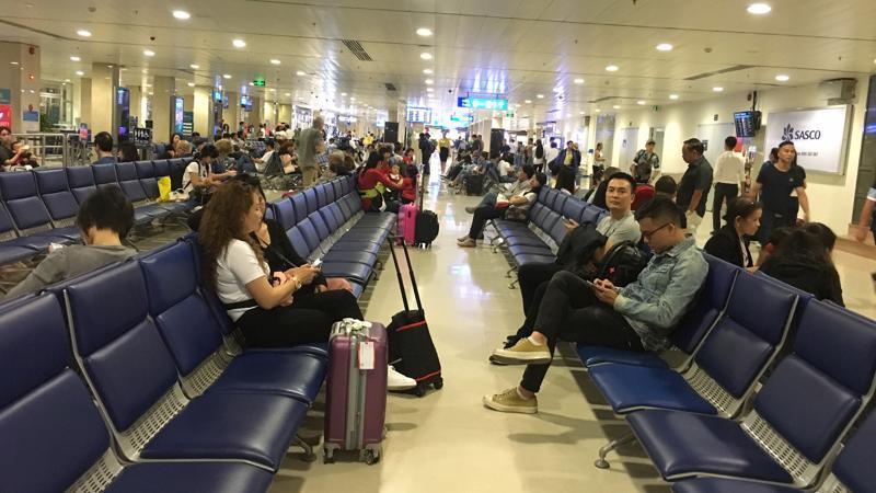 Sân bay Tân Sơn Nhất tắc nghẽn cả trên trời lẫn dưới đất.