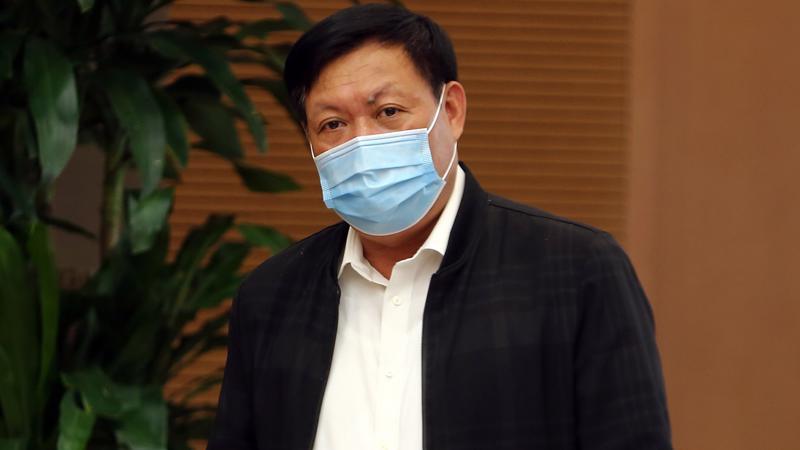 Thứ trưởng Y tế Đỗ Xuân Tuyên trong cuộc họp ngày 23/2 cho biết, đối tượng tiêm vaccine sẽ ưu tiên cho lực lượng tuyến đầu chống dịch, địa phương đang có dịch. Ảnh - VGP/Đình Nam.