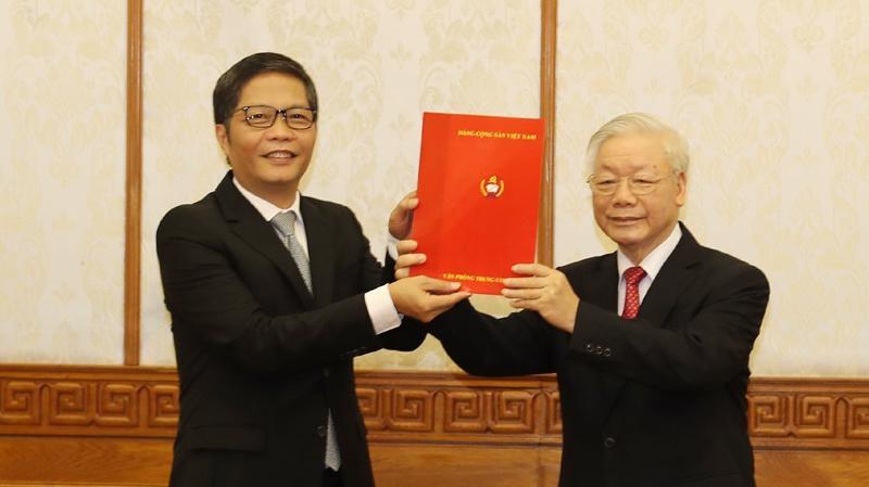 Tổng bí thư, Chủ tịch nước Nguyễn Phú Trọng trao quyết định cho ông Trần Tuấn Anh.