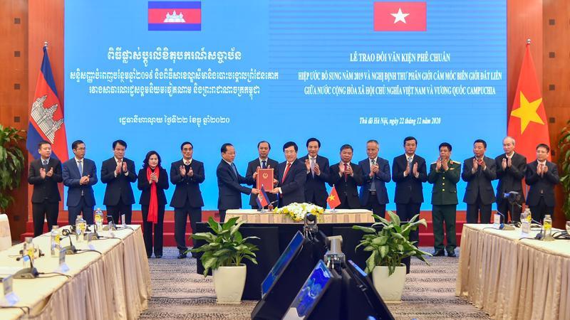 Lễ trao đổi 2 văn kiện pháp lý ghi nhận thành quả phân giới cắm mốc biên giới đất liền Việt Nam - Campuchia chiều ngày 22/12 - Ảnh: Bộ Ngoại giao