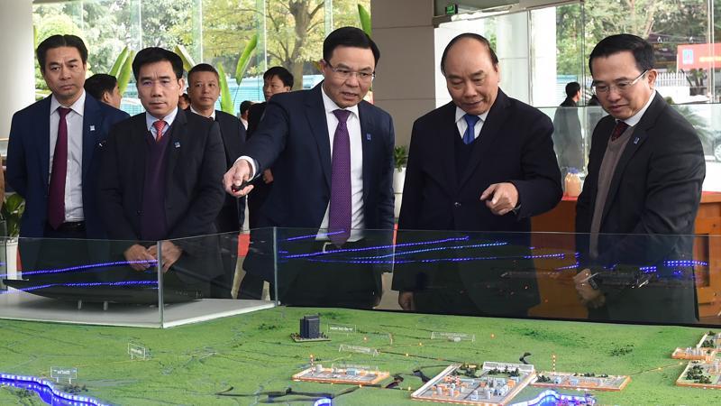 Thủ tướng Nguyễn Xuân Phúc tham quan sa bàn đầu tư phát triển ngành dầu khí việt nam.