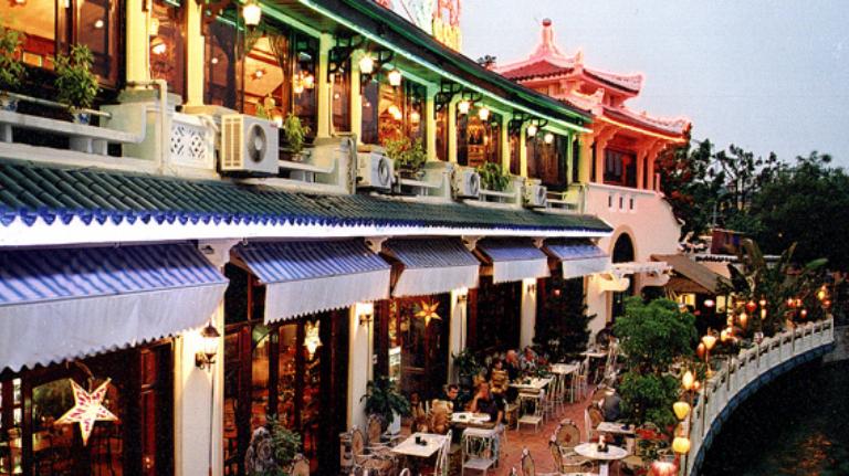 Công ty Cổ phần Thủy tạ được thành lập tháng 5/1958, là nhà hàng duy nhất nằm sát bờ Hồ Gươm.