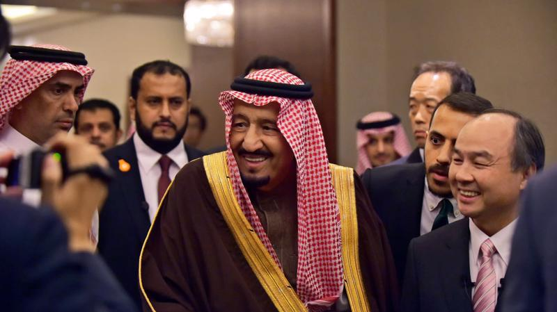 Quốc vương Salman bin Abdulaziz Al Saud (trái) của Saudi Arabia và tỷ phú Masayoshi Son - Ảnh: Nikkei.
