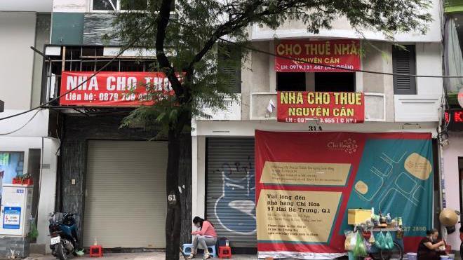 """Trên các tuyến phố kinh doanh khác như Bà Triệu, Phố Huế, Chùa Bộc, Thái Hà…cũng xuất hiện nhiều biển treo """"cho thuê nhà""""."""