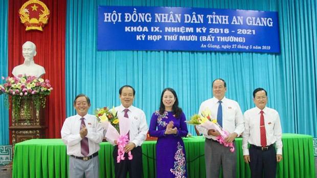 Lãnh đạo tỉnh An Giang chúc mừng tân Chủ tịch UBND tỉnh Nguyễn Thanh Bình (thứ 2 từ trái sang).