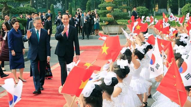 Chủ tịch nước Trần Đại Quang đón Tổng thống Hàn Quốc Mun Che In.