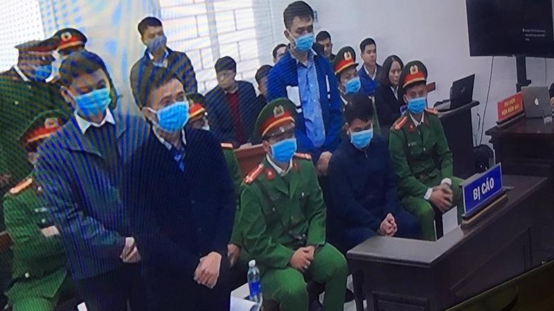 Bị cáo Nguyễn Đức Chung (ngồi hàng đầu) khi nghe tòa tuyên án.