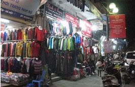 Vào dịp cuối năm, nhu cầu đối với các mặt hàng như quần áo, giày dép... thường tăng mạnh.