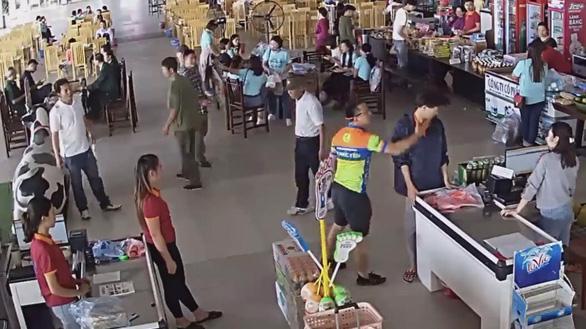 Hành động phản cảm của Thượng úy công an Nguyễn Xô Việt được camera an ninh ghi lại.