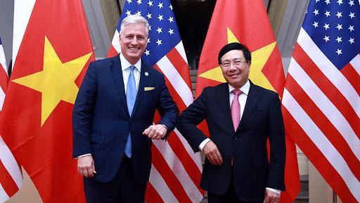 Phó Thủ tướng, Bộ trưởng Ngoại giao Phạm Bình Minh (phải) tiếp đón Cố vấn An ninh quốc gia Mỹ Robert O'Brien tại Hà Nội ngày 21/11/2020 - Ảnh: VGP