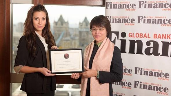 Bà Nguyễn Hồng Vân – Chủ tịch Hội đồng Quản trị VBI nhận giải từ đại diện GBAF.