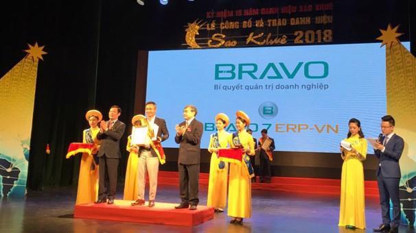 Ông Ngô Đinh Hải - Giám đốc Công nghẹ BRAVO lên nhận giải thưởng Sao Khuê.