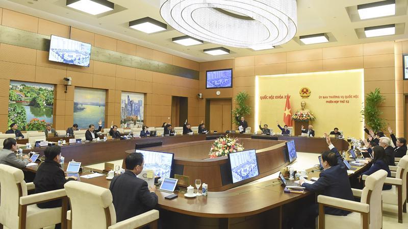 Các Ủy viên Ủy ban Thường vụ Quốc hội biểu quyết thông qua Nghị quyết - Ảnh: Quochoi.vn