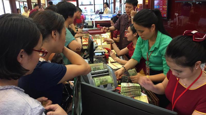 Khách giao dịch tại một tiệm vàng ở Hà Nội.