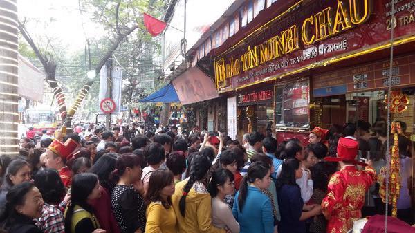 Cảnh xếp hàng từ sáng sớm để mua vàng ngày vía Thần Tài tại Hà Nội.