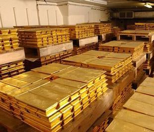 Sự gia tăng đột biến kim ngạch xuất khẩu vàng cũng xuất phát từ thực tế giá vàng quốc tế đột ngột leo thang, trong khi giá vàng trong nước tuy có lên theo nhưng luôn có khoảng cách thấp hơn giá quốc tế từ 300.000 - 800.000 đồng/lượng - Ảnh: AP.