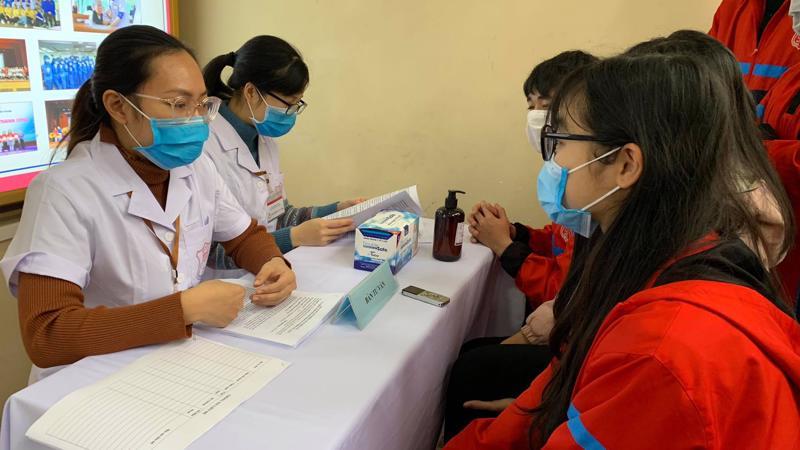 Người tình nguyện nghe tư vấn và đăng ký tham gia thử nghiệm lâm sàng giai đoạn 1 tại Đại học Y Hà Nội sáng 21/1.