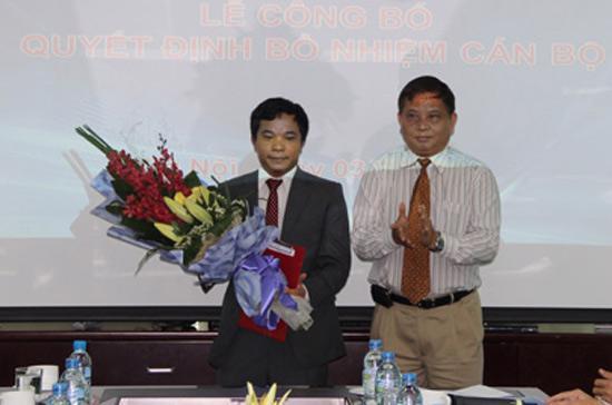 Ông Phạm Long Trận, Chủ tịch Hội đồng Thành viên VNPT trao Quyết định điều động và bổ nhiệm cán bộ cho ông Nguyễn Văn Hải - Ảnh: VDC.