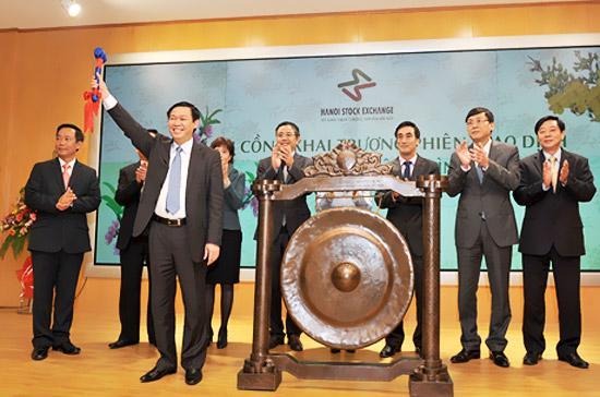 Bộ trưởng Vương Đình Huệ đánh cồng khai trương phiên giao dịch đầu xuân tại Sở Giao dịch Chứng khoán Hà Nội (HNX).