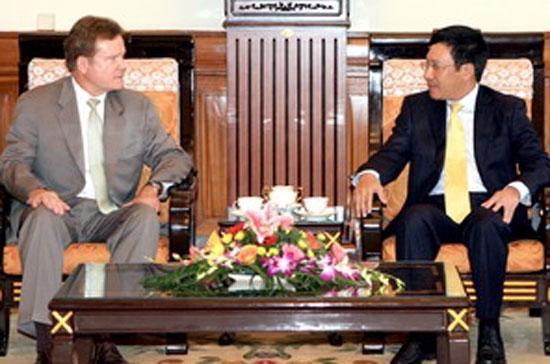 Bộ trưởng Bộ Ngoại giao Phạm Bình Minh tiếp ông James Webb, Thượng nghị sỹ Hoa Kỳ - Ảnh: TTXVN.