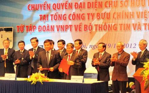 Lễ bàn giao quyền đại diện chủ sở hữu nhà nước tại Tổng công ty Bưu chính Việt Nam (VietnamPost) giữa Tập đoàn Bưu chính Viễn thông Việt Nam và Bộ Thông tin và Truyền thông.<br>