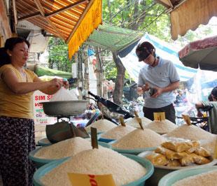 Trong các thành phần của CPI của tháng 10/2008 thì nhóm hàng dịch vụ ăn uống, vốn chiếm tỷ trọng 40% rổ hàng hóa tính CPI đã giảm 0,42% so với tháng 9/2008, riêng lương thực giảm 1,91% - Ảnh: Việt Tuấn.
