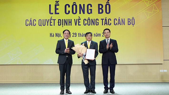 Bộ trưởng Nguyễn Mạnh Hùng (phải) trao quyết định bổ nhiệm chức vụ Chủ tịch HĐTV Tổng công ty VNPost cho ông Nguyễn Hải Thanh (giữa).